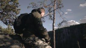 Fotograf bierze obrazki krajobraz od gór i rzeki przy zmierzchem mężczyzna stojaki na wzgórzu i zdjęcie wideo