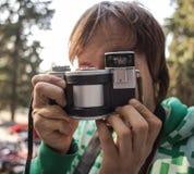 Fotograf, der alte Designart der Retro- Weinlesekamera schießt Lizenzfreies Stockfoto
