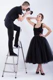 Fotograf, der auf der Leiter steht und ein Foto macht Lizenzfreies Stockbild