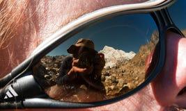 Fotograf, der auf Gläsern rereflecting ist Stockbilder