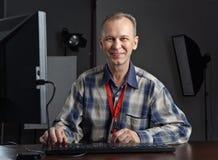 Fotograf, der an dem Computer arbeitet Lizenzfreie Stockbilder