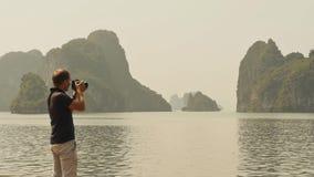 Fotograf, der die Beschaffenheit langer Bucht ha fotografiert Stockbild