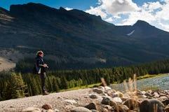 Fotograf, der draußen durch Mountains genießt lizenzfreies stockfoto