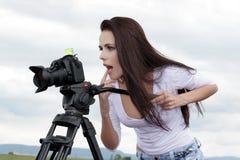 Fotograf, der draußen Fotos macht Lizenzfreie Stockfotos