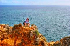 Fotograf, der ein Foto der erstaunlichen Felsformationen in Ponta DA Piedade macht Stockbilder