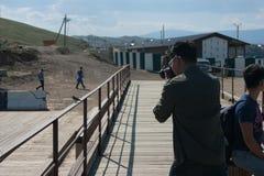 Fotograf, der ein Foto des Vogels macht Stockfotos