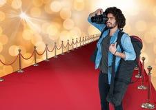Fotograf, der ein Foto im roten Teppich macht Gold-bokeh vbackground Stockfoto