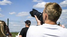 Fotograf, der eine Kamera anhält lizenzfreie stockfotos
