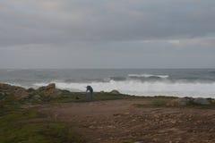 Fotograf, der in einem Sturm arbeitet stockfotos