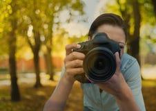 Fotograf, der einen Fotovordergrund nimmt Sie ist inm der Park Mit bokeh Deckung Lizenzfreie Stockbilder