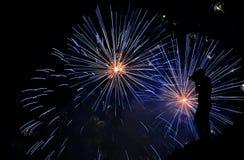Fotograf, der Feuerwerke fotografiert Stockfotografie