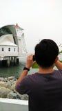 Fotograf, der Foto der Malakka-Straßen-Moschee macht lizenzfreie stockfotografie
