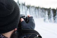 Fotograf, der Foto an einem Wintertag macht Lizenzfreies Stockbild