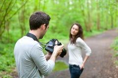 Fotograf, der Foto eines attraktiven Modells macht Stockfoto