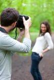 Fotograf, der Foto eines attraktiven Modells macht Lizenzfreies Stockfoto