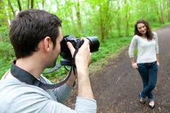 Fotograf, der Foto eines attraktiven Modells macht Stockbild