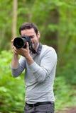 Fotograf, der Foto eines attraktiven Modells macht Stockfotos
