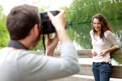 Fotograf, der Foto eines attraktiven Modells macht Lizenzfreie Stockfotografie