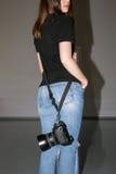 Fotograf, der Fotokamera mit Gurt hält Stockbilder