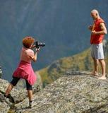 Fotograf, der Fotos auf Bergen macht Lizenzfreie Stockfotografie