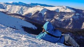Fotograf, der Fotos auf schneebedecktem Berg macht stockbild
