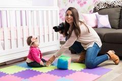 Fotograf, der Fotos des Babys macht Lizenzfreies Stockbild