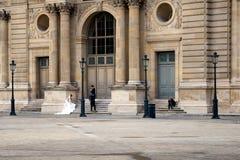 Fotograf, der Fotos einer Braut außerhalb des Louvre Mus macht Stockfotografie