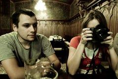 Fotograf in der Gaststätte Stockfotos