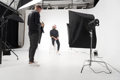 Fotograf, der im Studio mit Modell arbeitet lizenzfreies stockfoto