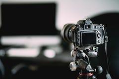 Fotograf, der Innenphotos des eben erneuerten Büros macht Kamera auf Stativdetails stockbild