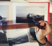 Fotograf, der irgendeinen Film betrachtet Stockbild