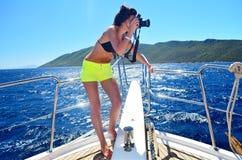 Fotograf der jungen Frau, der Fotos auf einer Yacht macht Lizenzfreie Stockbilder