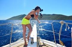Fotograf der jungen Frau, der Fotos auf einer Yacht macht Lizenzfreies Stockfoto
