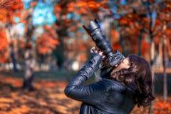 Fotograf der jungen Frau des Brunette, der Fotos macht Stockfotos