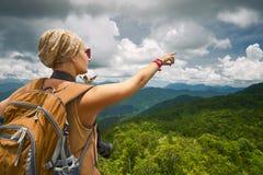 Fotograf der jungen Frau mit dem Rucksack, der auf das MO steht Lizenzfreie Stockfotos