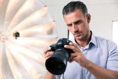 Fotograf, der Kamera verwendet Stockfotografie