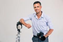 Fotograf, der mit Kamera steht Lizenzfreie Stockfotografie