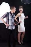 Fotograf, der Rat zum weiblichen Modell gibt Stockfoto