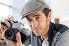 Fotograf, der Retro- Filmkamera verwendet Lizenzfreie Stockbilder