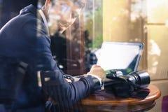 Fotograf des jungen Mannes, der am Café, unter Verwendung des Laptops arbeitet Lizenzfreie Stockbilder