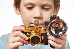 Fotograf des kleinen Jungen mit Retro- Kamera Lizenzfreie Stockfotos