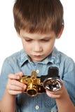 Fotograf des kleinen Jungen mit Retro- Kamera und Blitz Stockfoto
