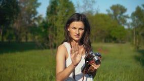 Fotograf för ung kvinna som utomhus tar bilder och foto med kameran stock video