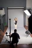 Fotograf fotografuje fachowego modela Zdjęcia Stock