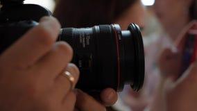 Fotograf fotografuje ludzi zbiory