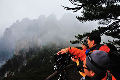 Fotograf i det Huangshan berg Arkivbilder