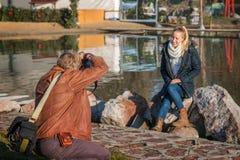 Fotograf i handling Arkivbild