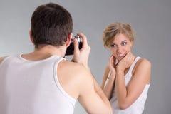 Fotograf i młody atrakcyjny dziewczyny pozować zdjęcia stock