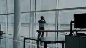 Fotograf im leeren Flughafenabfertigungsgebäude stock video
