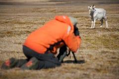 Fotograf im orange nehmenden Bild des Rens Stockfotografie
